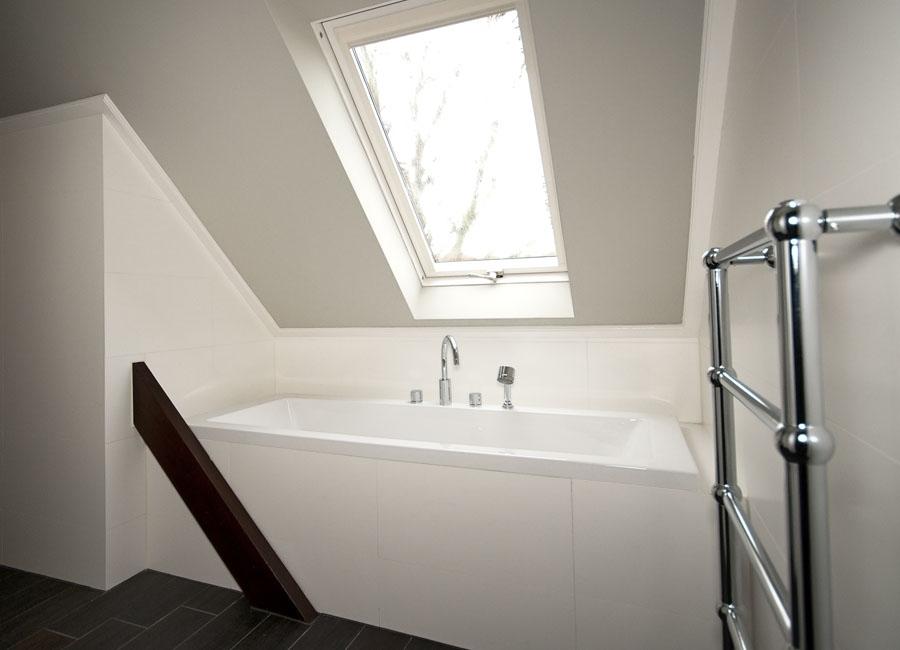 Ruimte op zolder ingericht als badkamer - Wispels Bouwservice